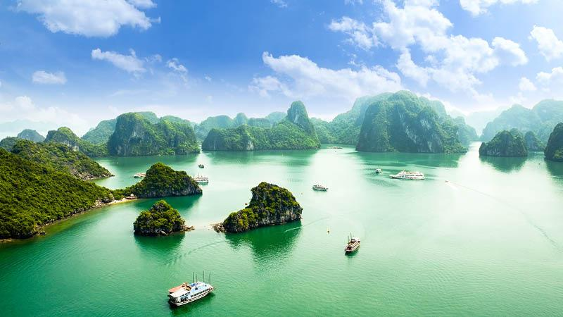 Panorama over Halong bay med klipper og både