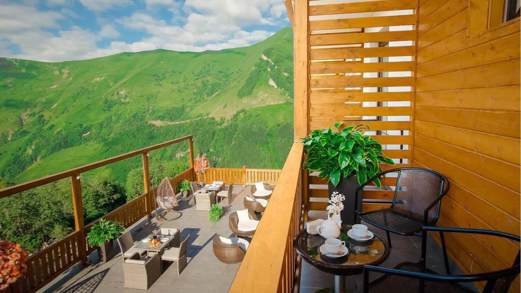 Udsigt til Kaukasusbjergene fra hotellet Gudauri Inn