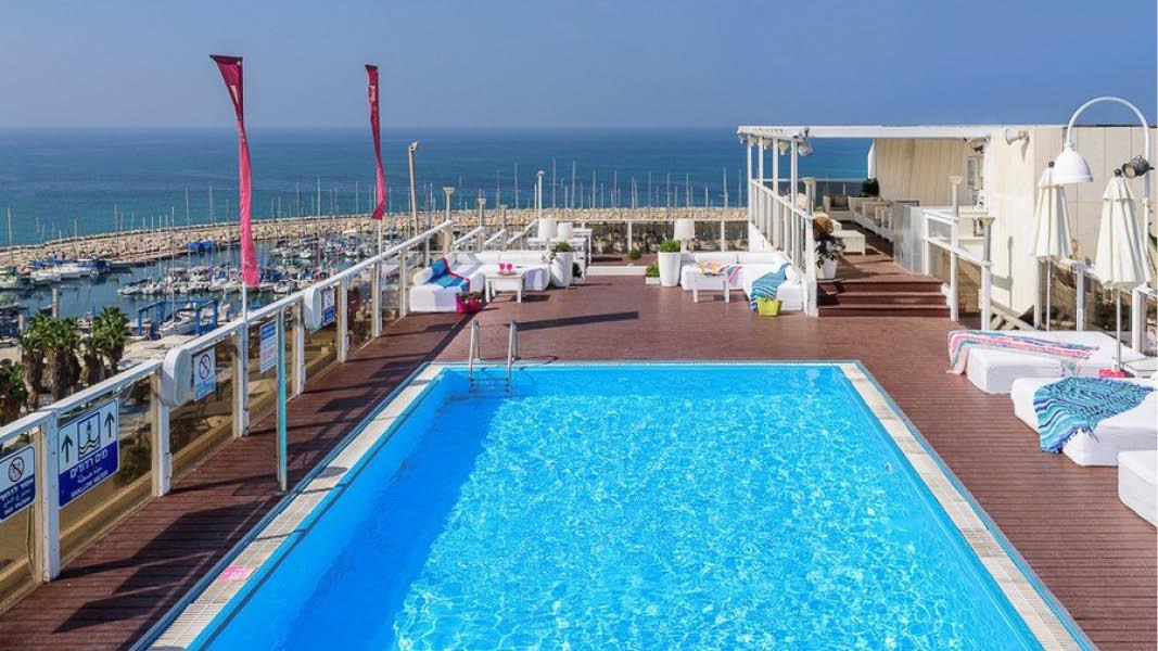 Swimmingpoolen på tagterrassen på Leonardo Art Tel Aviv By the Beach