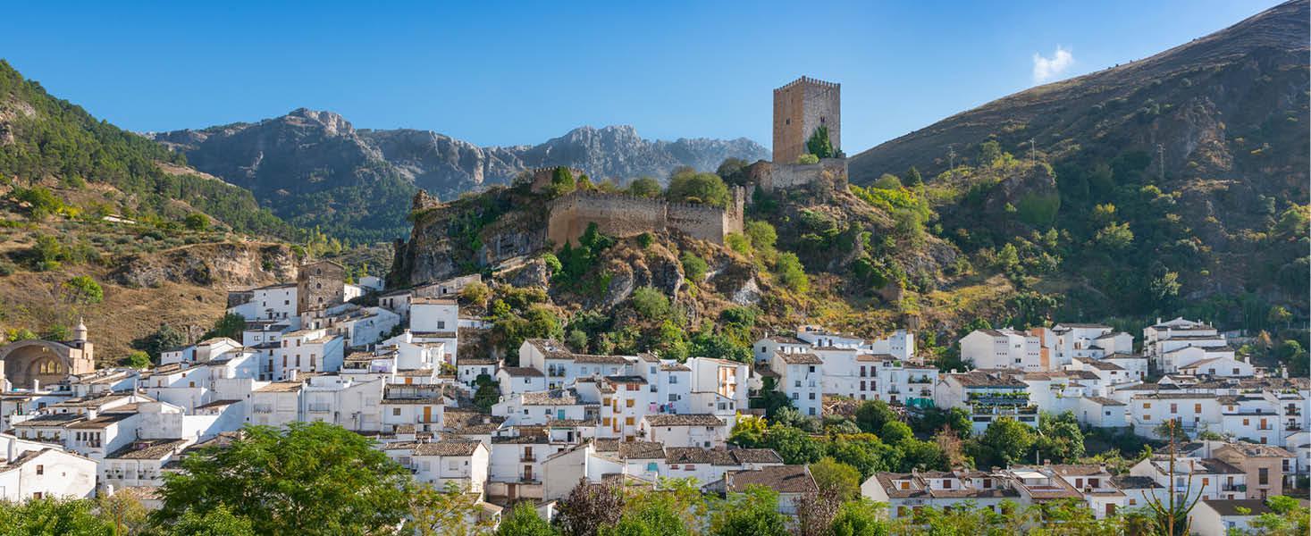 Den hvide landsby Cazola, Andalusien, Spanien